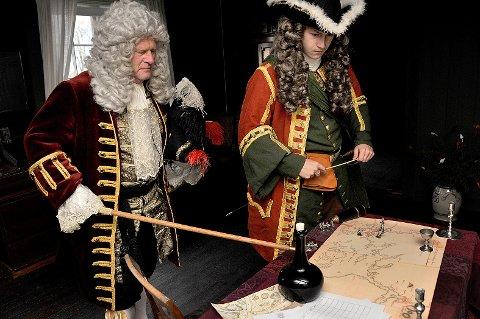 Jul på 1700-tallet: Ivar Mehren (til venstre) og Ruben Wang Gulbrandsen bidrar med «Major Werenskiolds juleselskap» når det blir jul på Borgarsyssel søndag 3. desember.