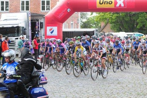 START: Her er flere av verdens beste syklister på vei ut fra start på Hafslund Hovedgård. Foto: Pål A. Karlsen