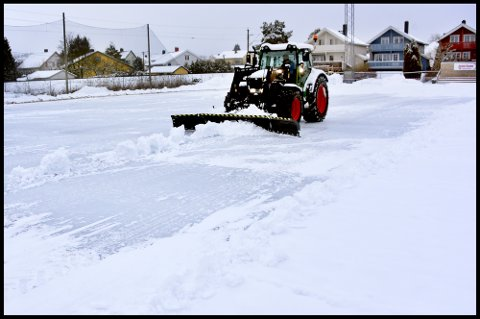VEDLIKEHOLDER: Arild Ferger i Sarpsborg kommune sørget for å måke kunstisen ved Sarpsborg stadion fri for snø og sand.