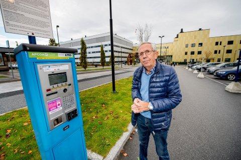 Arne Braadland føler med Jan Henrik Breda (bildet) som måtte betale dyrt for parkering ved sykehuset på Kalnes for å besøke sin syke kone. (Foto: Erik Hagen)