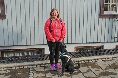 JANKO: Anneline Sharon Gretland (27) er lei av å måtte forklare voksne mennesker at det er lov å ha med seg førerhund på matbutikker, taxi og andre steder. – Jeg har blitt nektet adgang i Sarpsborg, Oslo og overalt, sier hun.