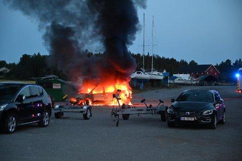 Det var full overtenning i bilen da brannvesenet kom frem. Se flere bilder i galleriet her. (Foto: Johnny Larsen)