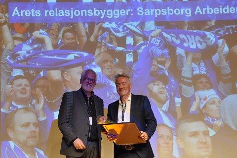PRIS: Ansvarlig redaktør Bernt Frode Lyngstad mottar prisen for «Årets relasjonsbygger» av juryens leder i Amedia, Stig Finslo (t.v.).