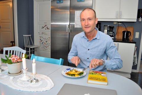 DROPP BRØDSKIVER: – Skift ut brødskiver til frokst med for eksempel omelett eller annen mat basert på egg, cottage cheese eller gresk yoghurt, forslår Øyvind Torp, her hjemme på kjøkkenet i Monssveen på Gjøvik.