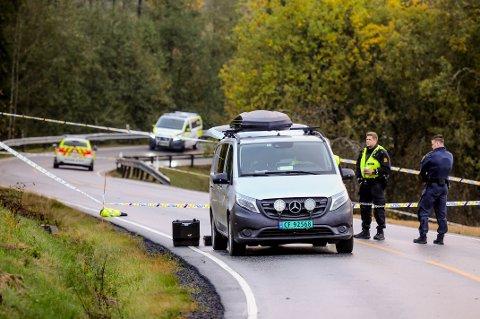 LIVLØS: Politiet var på stedet med flere patruljer etter at en kvinne ble funnet tilsynelatende livløs langs Trøgstadveien i Askim mandag morgen.