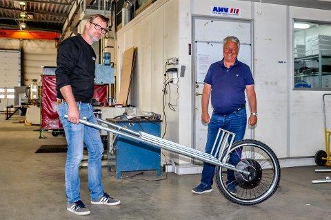 Jens Mellquist holder Wimel-tralla. Ved siden av han står Niels Width, de to er hyttenaboer på Hvaler og har sett behovet for tralla.