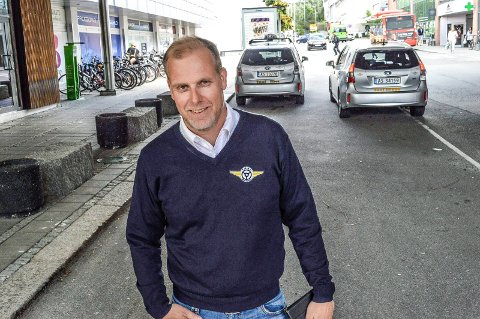 FORBRUKERVENNLIG: Daglig leder Stian Enghaug i Taxisentralen har tro på den nye funksjonen som gjør det mer lettvint for forbrukerne å bestille taxi.