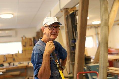 FORTSATT AKTIV: Ole Johnny jobber fortsatt tre dager i uka som trappesnekker i sin sønns bedrift, og 71-åringen har ingen planer om å sette seg til på mange år ennå.
