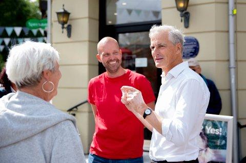 Jonas Gahr Støre tok en kort prat med partikolleger og bekjente i Sarpsborg før han ga sin appell.