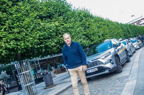 TAXIHØVDING: Stian Enghaug er sjef i Taxisentralen, Østfolds største drosjeselskap. Han ser mørkt på julebordsesongen.