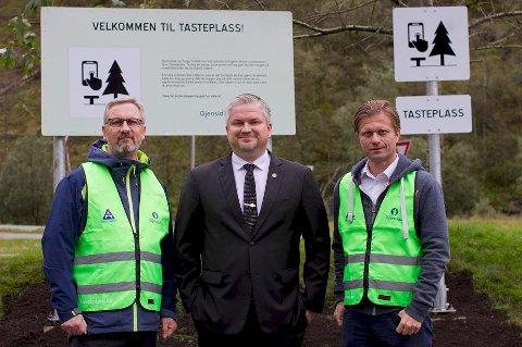 Landets første tasteplass ble åpnet torsdag. Her ser vi statssekretær Tom Cato Karlsen flankert av direktør i Trygg Trafikk, Jan Johansen (t.v.) og konserndirektør Sigurd Austin i Gjensidige skadeforsikring.