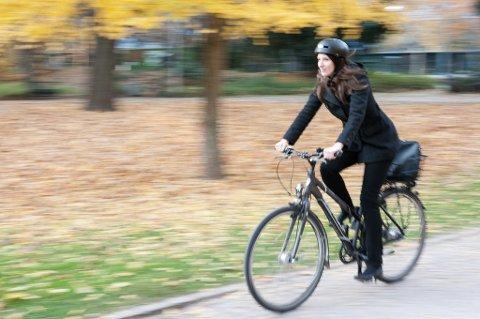 Ung kvinne sykler gjennom park. Høstløv på bakken. Hjelm på hodet. Sporty.  A woman on her bicycle Foto: Jan Haas / NTB scanpix NB! MODELLKLARERT