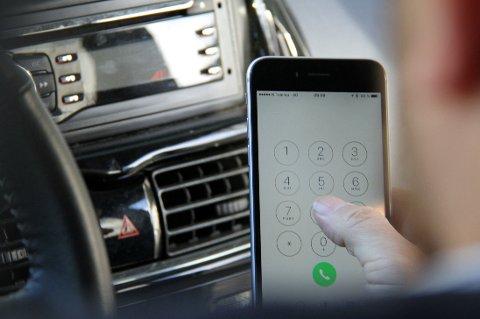 2 av 3 bilførere oppgir at de bruker mobiltelefonen mens de kjører.