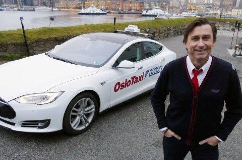 Lasse Kristiansen (55) mener taxinæringen bør dreies mer mot el-drift, men et fåtall av superladestasjoner setter en stopper for satsingen.