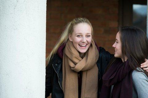 OSLO  20141030. Tenåringer.  Venninner snakker sammen i friminuttet. I skolegården. Vennskap. Smiler. Livsglede.  Foto: Berit Roald / NTB scanpix