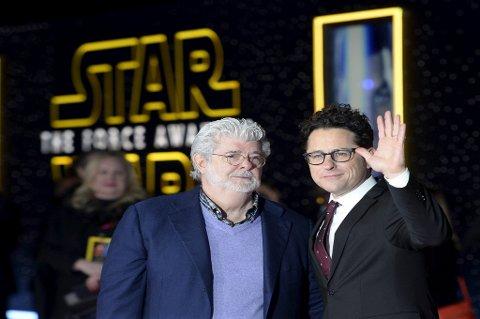 Star Wars-skaper George Lucas (t.v.) og regissør JJ Abrahms på verdenspremieren i Los Angeles.