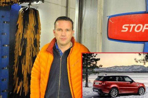 Større SUV-er, som for eksempel Range Rover Sport (innfelt), kan få problemer med at bakluka åpner seg under bruk av automatisk bilvask. Resultatet av dette kan bli dyre skader. Nå går pressetalsmann i Tryg Forsikring Arvid Steen ut og advarer om faren for at dette kan skje.