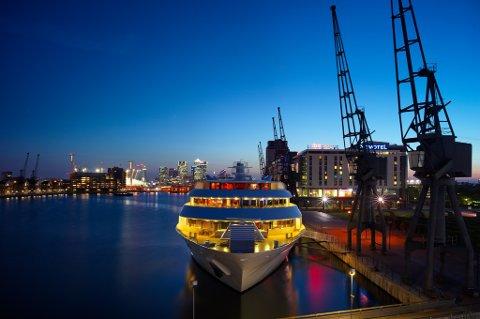Yachten SunBoat på Themsen i London inviterer til luksusovernatting. (Foto: Pressebilde/ANB)