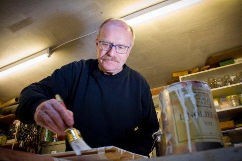 Kunnskapen om bruk av tradisjonelle malinger er i ferd med å gå tapt, mener Jon Brænne. (Foto: Rolf Magnus W. Sæther, Newswire/ANB)