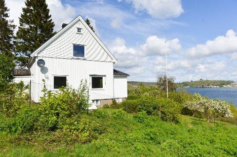 Den idylliske eiendommen på Vear i Vestfold ble gjenstand for mye interesse fra kjøpere, og gikk langt over takst.