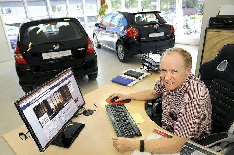 *** Local Caption ***  Jeg bruker både Facebook, Twitter og Instagram til å selge biler. Her kan jeg spre bilbudskapet til alle følgerne, sier Nils Ivar Skårdal.