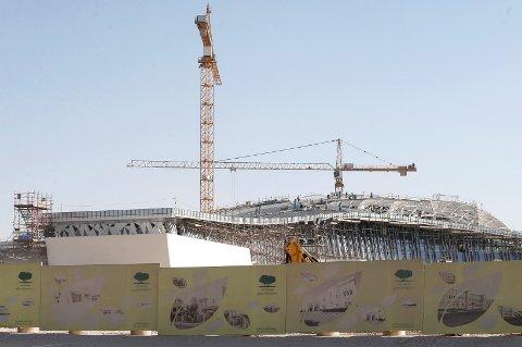 Det er først og fremst de uverdige arbeidsforholdene under byggingen av idrettsanleggene i Qatar som er er grunnen til boikottkravet. Man frykter at 4.000 arbeidere kan ha mistet livet før mesterskapet sparkes i gang i 2022.