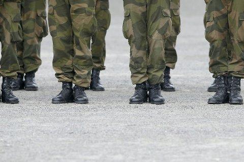 En kvinne er dømt til 30 dagers betinget fengsel og en bot på 10.000 kroner for vold mot militærpolitiet.