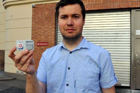 Senterpartiets Geir Pollestad har klistret Frp-merket på sin egen bombrikke.