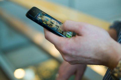 OSLO  20130102. Bruken av sosiale medier øker stadig i hverdagen. Mann surfer på mobiltelefon, iPhone fra Apple.   Foto: Berit Roald / NTB scanpix
