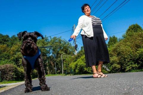 Nina Douglas fra Kråkerøy i Østfold sier hun er livredd for å gå rundt i sitt eget nabolag etter å ha blitt angrepet av nabohunden flere ganger.
