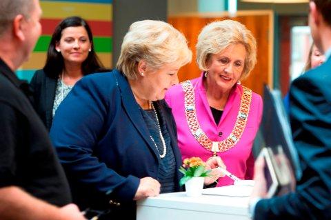 Statsminister Erna Solberg og ordfører Trude Drevland på bedriftsbesøk i Bergen.