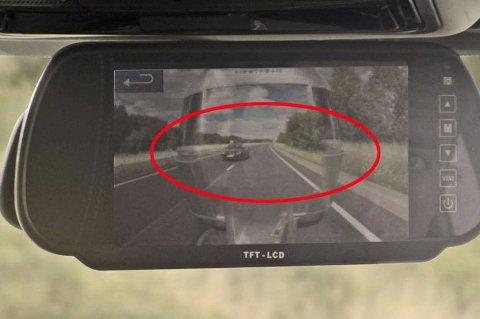 Her skulle du egentlig bare sett rett inn i fronten på campingvogna. Men Land Rovers nye system gjør at du også kan se hva som skjer bak den.