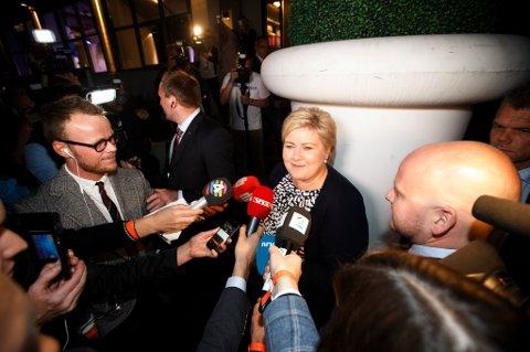 Høyre og Erna Solberg faller på med 5,3 prosentpoeng til 22,7 prosent, ifølge TV 2s valgdagsmåling.