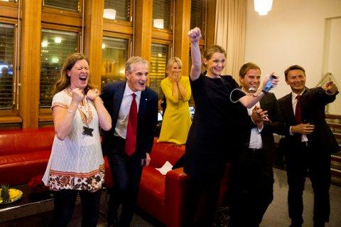 Ap-leder Jonas Gahr Støre og hans medarbeidere jubler idet de første valgresultatene ble offentliggjort mandag kveld.