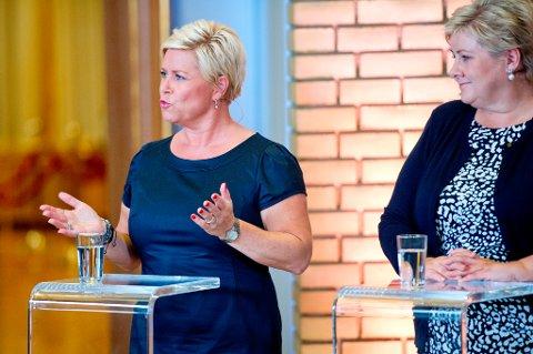 Finansminister Siv Jensen og statsminister Erna Solberg under partilederrunden i Stortingets vandrehall natt til tirsdag.