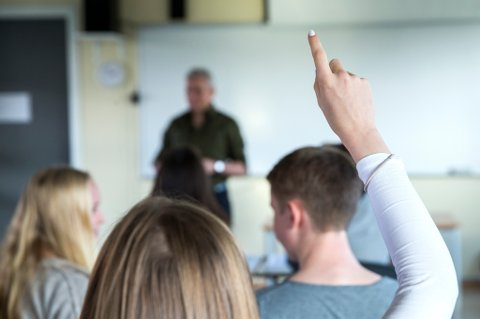 OSLO  20141030. Tenåringer. Lærer og elever i klasserom. Undervisning pågår. Lærer underviser. Rekker opp hånda.  Foto: Berit Roald / NTB scanpix NB! MODELLKLARERT