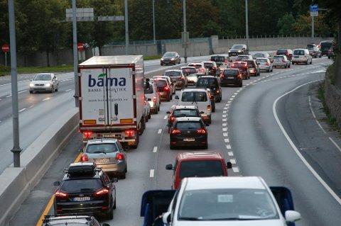 Sandvika  20150922. Bilorganisasjonen NAF gjennomfører tirsdag morgen et ekspriment langs E-18 inn til Oslo hvor de forsøker å ta ut rundt 600 biler ut av morgenrushet for å unngå kø. Det er kø på vei inn til Oslo. Foto: Terje Bendiksby / NTB scanpix