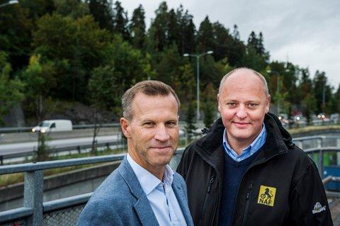 NAF-sjef Stig Skjøstad (t.h.) og informasjonssjef Anders Krokan i Telenor konstaterer at trafikken flyter fint på E18 i morgentimene tirsdag.