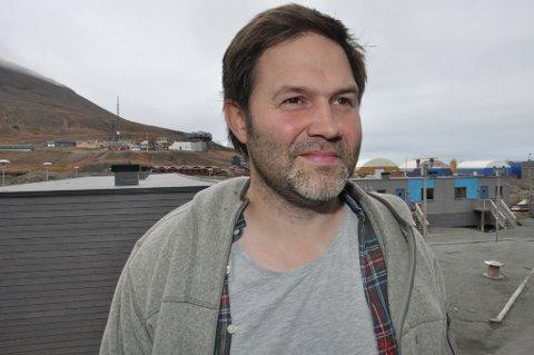 Tunge og mørke skyer over gruvesamfunnet i Longyearbyen og Arild Olsen.
