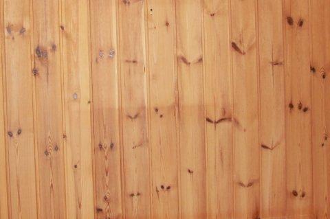Gulnet panel med skjolder etter bilder og møbler er ikke et ukjent syn.