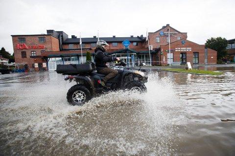 Regn og flom gjorde store skader i Vikersund onsdag. Nå oppjusterer NVE flomvarselet.