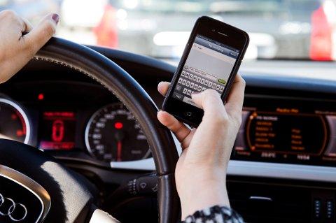 Fikling med mobiltelefonen er den hyppigste årsaken til at folk havner i motsatt kjørefelt.