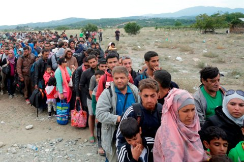 Syriske flyktninger venter på togtransport i Makedonia.
