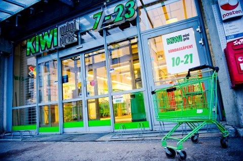 Regjeringspartiene og Venstre holder innholdet i forhandlingene om søndagsåpne butikker hemmelig. Det får bransjens egne organisasjoner til å reagere.
