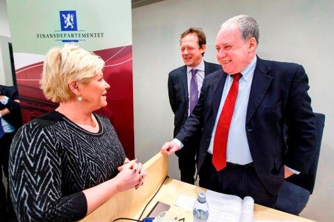 Finansminister Siv Jensen i munter passiar med OECD-direktøren Bob Ford.