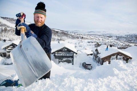 Dersom du venter for lenge med å måke taket, kan is og snø gjøre store skader.