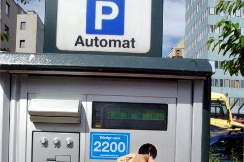 Mange bilister bruker mobilen framfor å betale parkering med mynter eller kort.