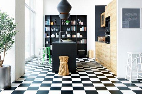 På kjøkkenet trengs et gulv som tåler søl, vann og slitasje. Det bør også være komfortabelt å stå lenge på.