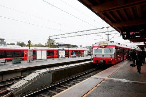 Togene står på Østfoldbanen. Tusenvis av reisende er rammet. En opptrapping kan bli det som får regjeringen til å stanse lokførerstreiken.