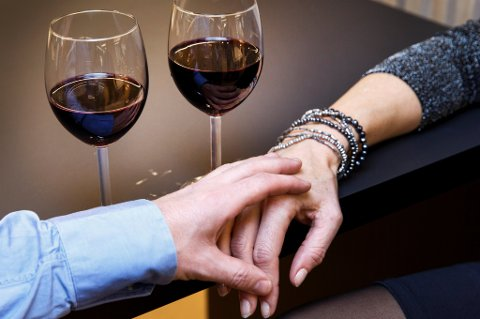 Å drikke litt vin kan være koselig og sosialt, men noen direkte fysiologiske fordeler har det trolig ikke.